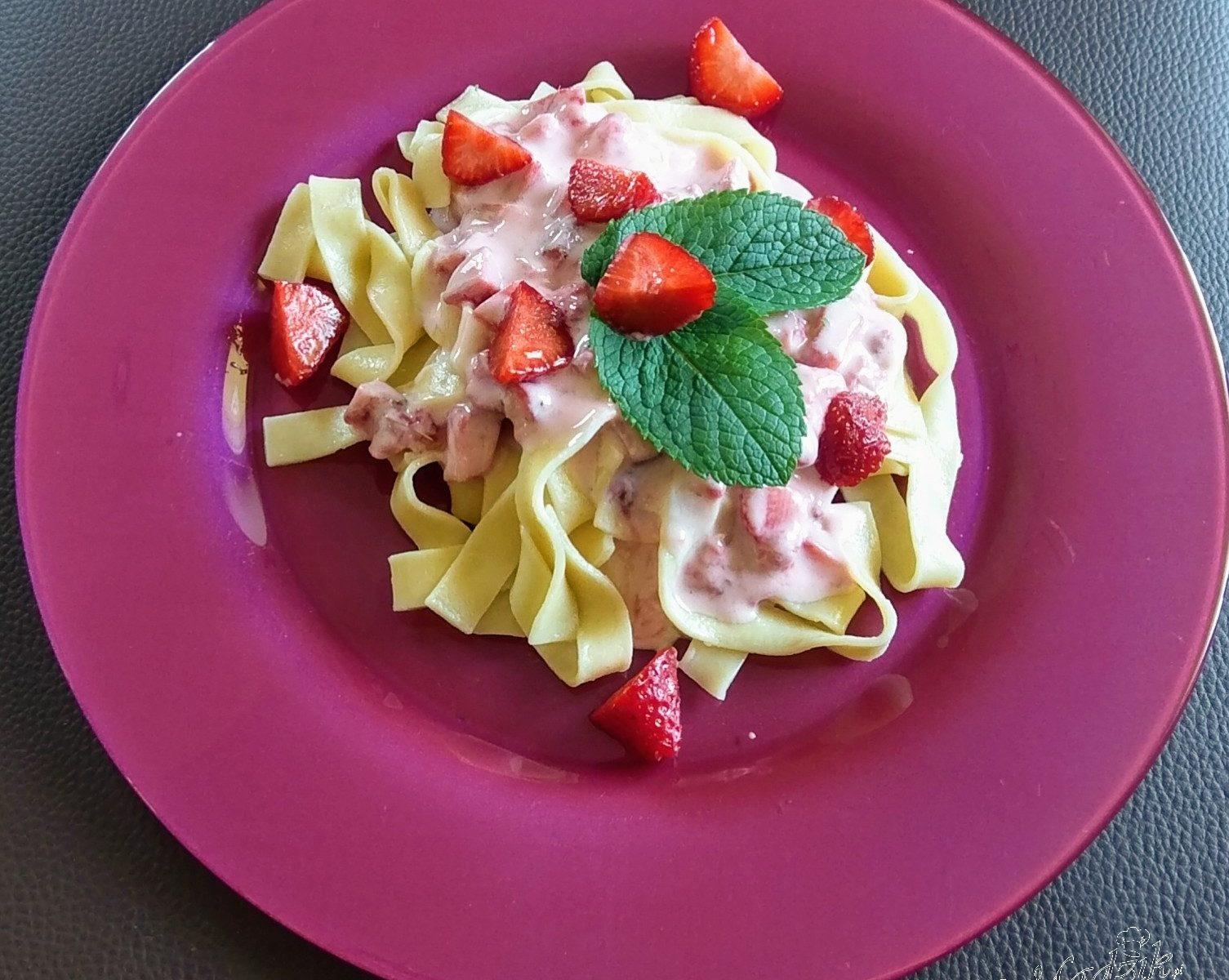 Makaron z truskawkami – wersja fit z jogurtem naturalnym i miodem