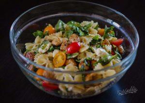 Farfalle z mozzarellą, rukolą, pomidorkami i grillowanym kurczakiem