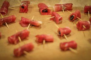 Śliwka wędzona zapiekana w szynce szwarcwaldzkiej