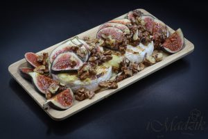 Grillowany Camembert z orzechami, miodem i figami