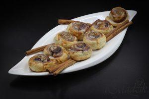 Cynamonowe ślimaczki z ciasta francuskiego